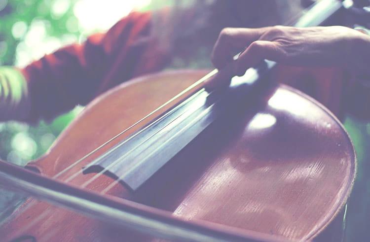Relaxation profonde par les sons de lumière du violoncelle créés par la caresse de l'archet sur la corde rappelant celle du liquide amniotique sur notre peau d'embryon pendant notre vie prénatale.tre
